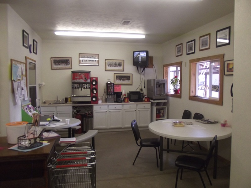 Tables, chairs and refreshments are offered as a place for customers to relax from shopping when they come to the Wolf Den market cooperative grocery store in Arthur, Nebraska. (Photo by Ron Jageler.)